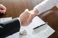 לחיצת ידיים לאחר חתימה על הלוואה מחברה פרטית