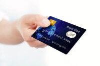 אדם מחזיק בכרטיס אשראי