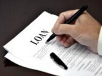 אדם חותם על טופס לקבלת הלוואה